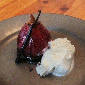 Rødvinskogte pærer med vaniljeis