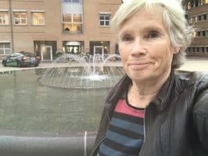 Inger Marie fra Nyreforeningen foran Glostrup Ret, hvor vinderen af Ekstra Chanbcen skulle trækkes.