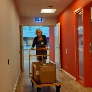 Inger Marie kører de sidste eksemplarer af kvartalsbladet Nyrenyt til dets sidste pakning i Nyreforeningens sekretariat.