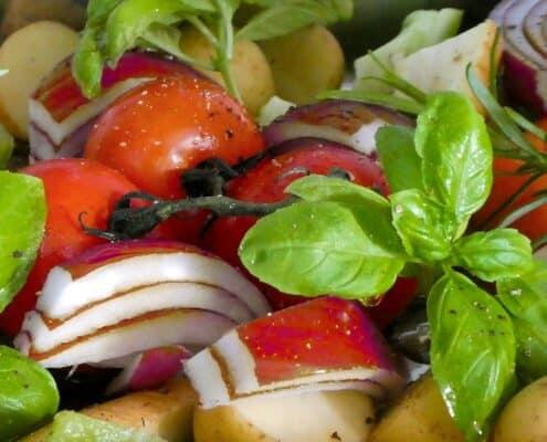 Tomat, basilikum og rødløg